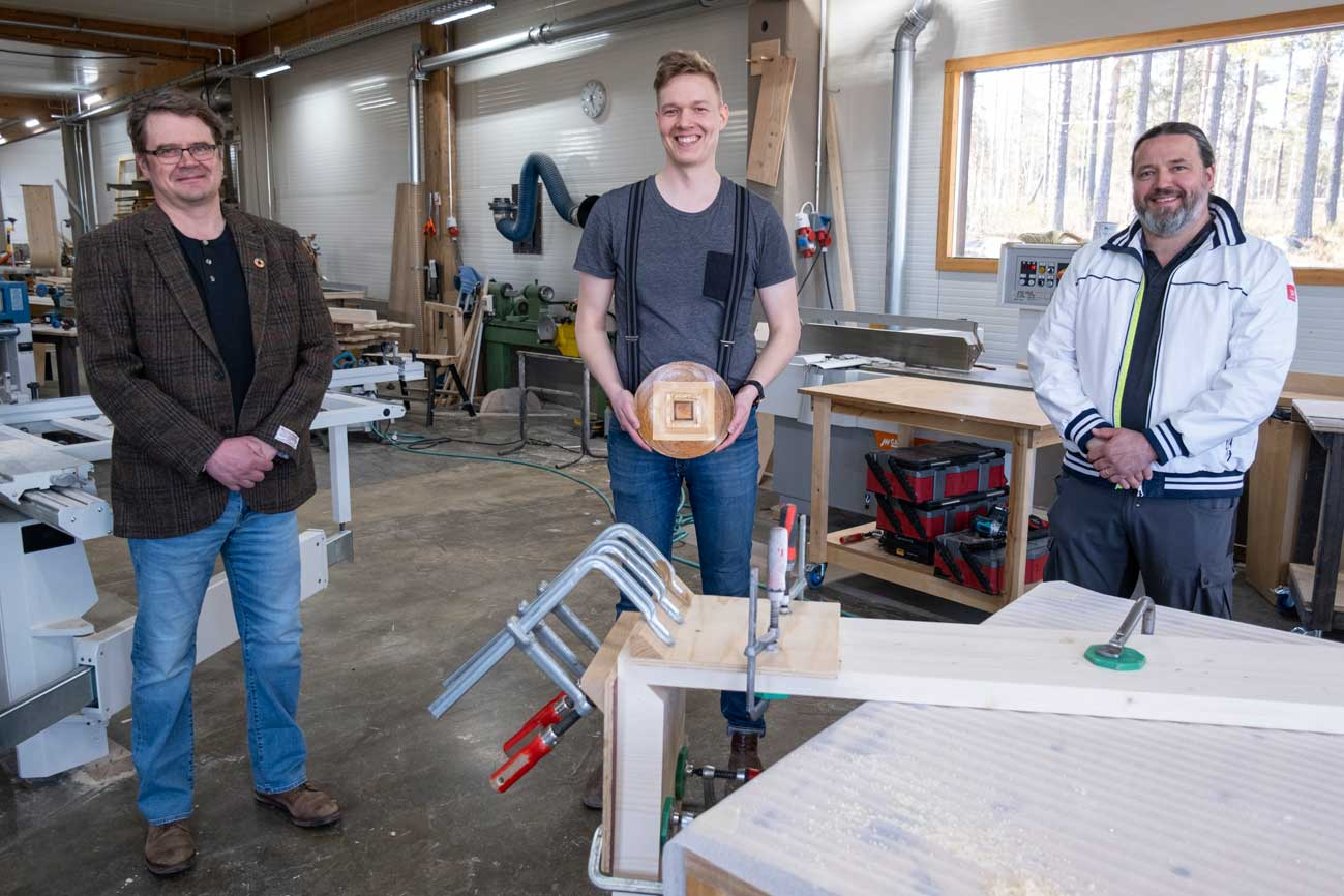 Vasemmalla Timo Tahvanainen, keskellä Miikka Kotilainen ja oikealla Tomi Pulkkinen. Palkinto on polvijärveläisen Erkki Pellin 7 eri puumateriaalista valmistama lautanen